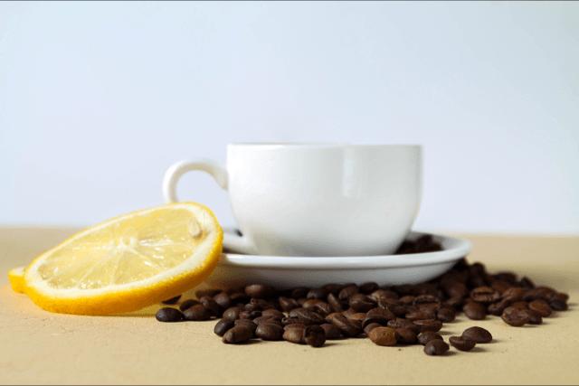 café frio con hielo y limón