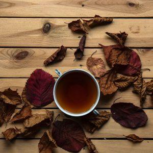 taza de te con hojas